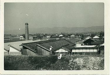 奈良伝統の蚊帳生地やふすま地の織物製造の上島織布工場(うえじまおりふこうじょう)の創業当時の写真